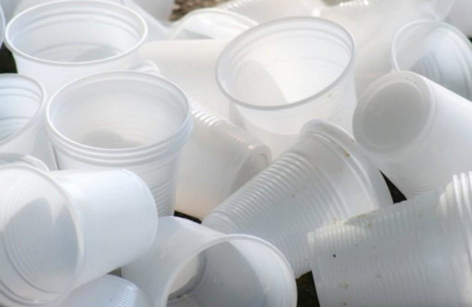 Le lobby fanno causa contro il bando della plastica in Francia